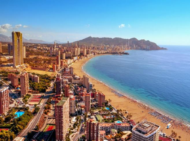 إسبانيا.. عدد السياح يتراجع للمرة الأولى منذ 10 سنوات