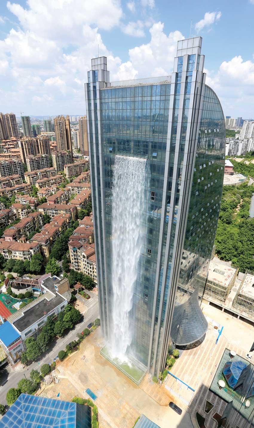 في الصين.. ناطحة سحاب جديدة بشلال يبلغ طوله 108 أمتار