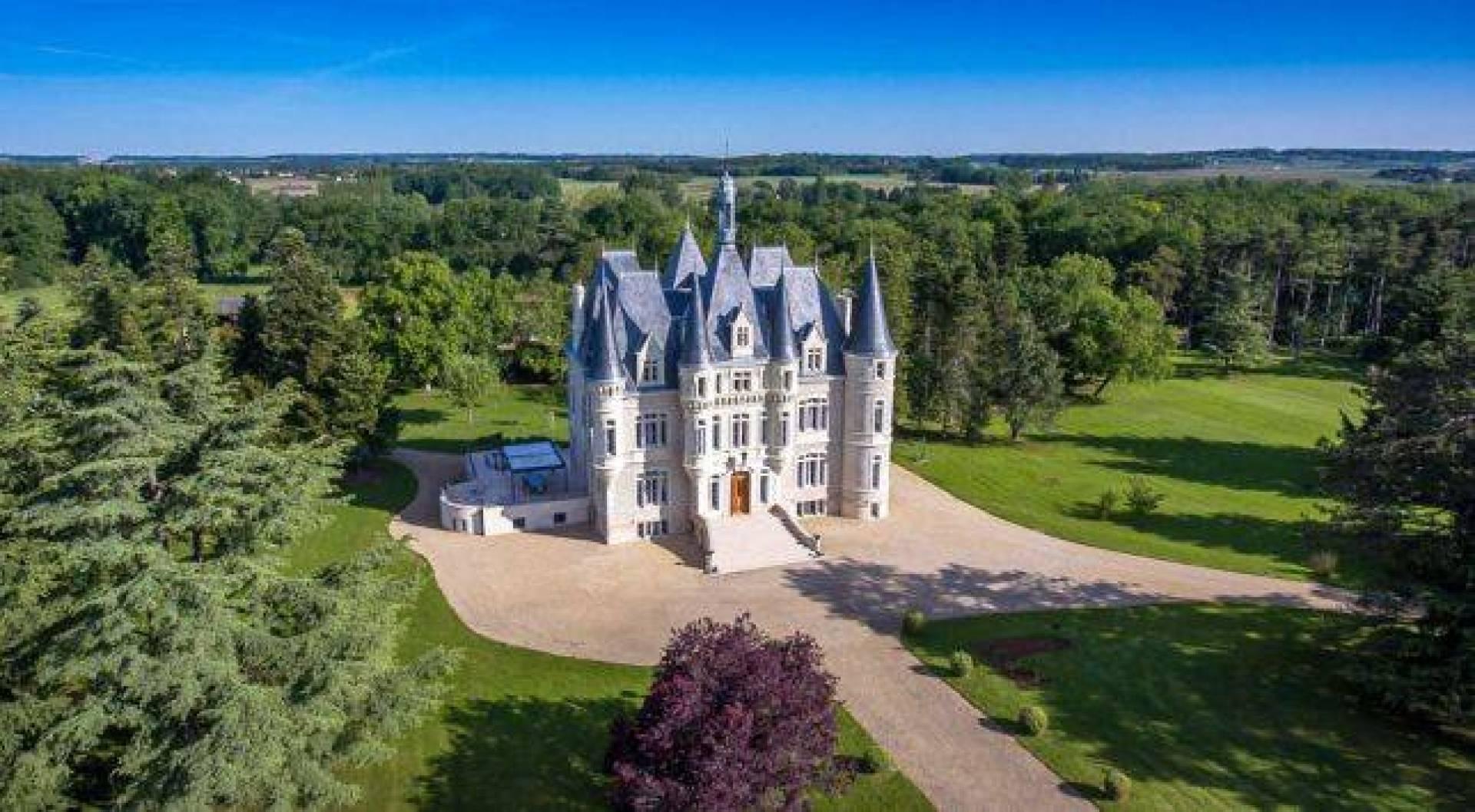 قصر أشبه بقلعة سندريلا للبيع