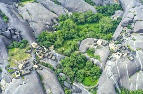 شاهد قرية سعودية تنام على الصخور الملساء