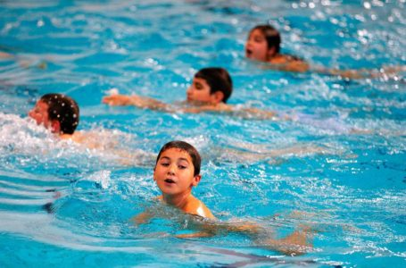 ما الفيروسات التي تهدد طفلك في حوض السباحة؟