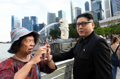 صور..شخص يتجول بشوارع سنغافورة متنكرا فى هيئة زعيم كوريا الشمالية