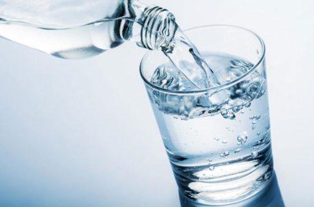 مُختص ينصح الراغبين في إنقاص الوزن بشرب الماء.. ويوضح العلاقة بينهما